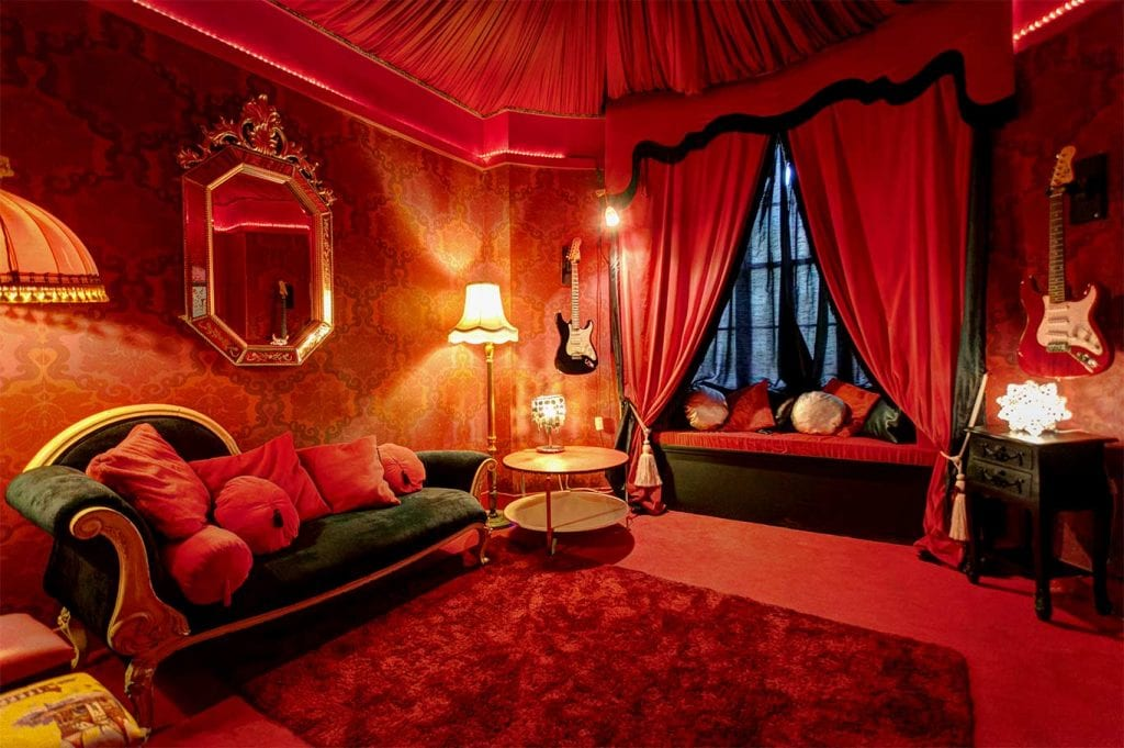 A colourful bedroom in the pelirooc